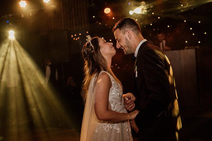 Recién casados en su primera baile de novios