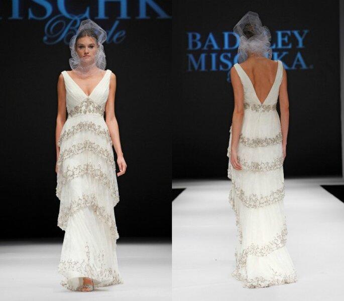 Vestido de novia con silueta columna, escote uve pronunciado, apliques de pedrería y elegante capeado en la falda - Foto Badgley Mischka