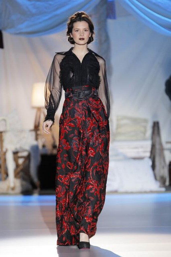 Robe de soirée noire et rouge Inmaculada García 2014. Photo: Barcelona Bridal Week / Ugo Cámara