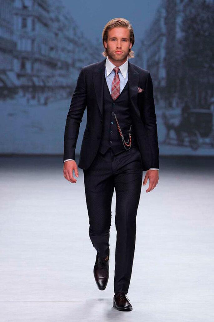Traje clásico como traje de bodas de novio color negro con chaleco azul y corbata roja