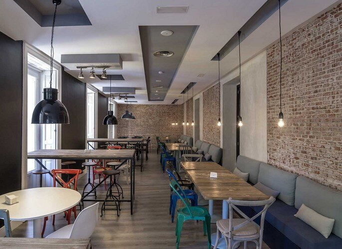 Espaço para convivência, parede de tijolinho, estilo industrial no U Hostels, Madri