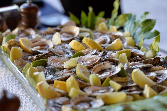 Plats d'huîtres citronnées servi pour un mariage