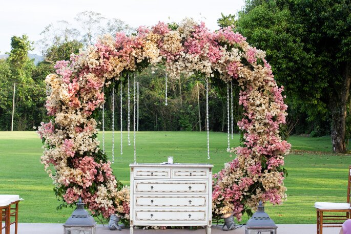 Arco de flores para a cerimônia