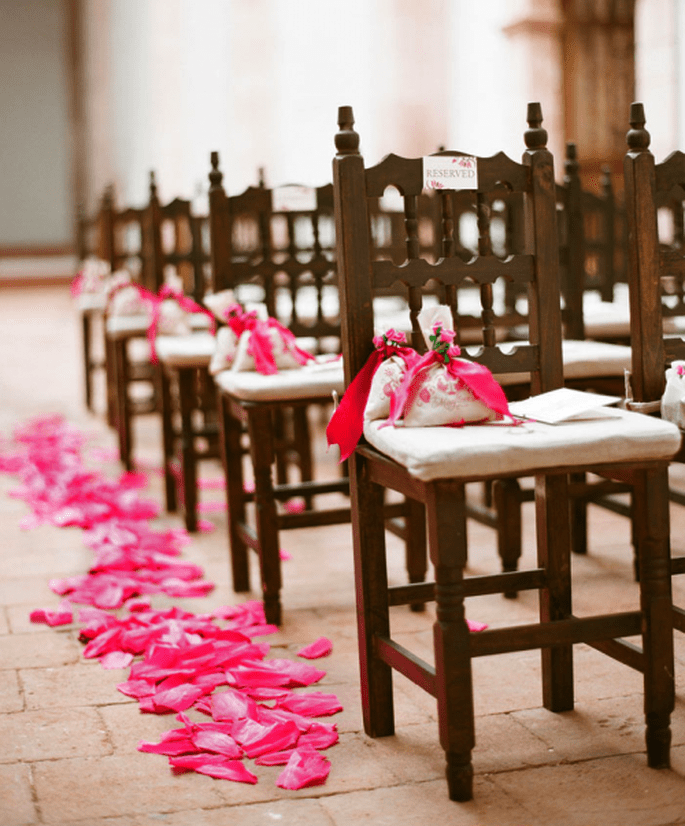 Decora tu desfile al altar con pétalos de flor en color rosa intenso - Foto Aaron Delesie