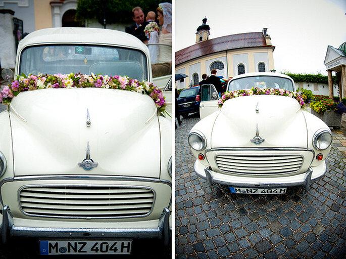 Decora con una guirnalda de flores la parte delantera del carro. Foto: Kristin Speed