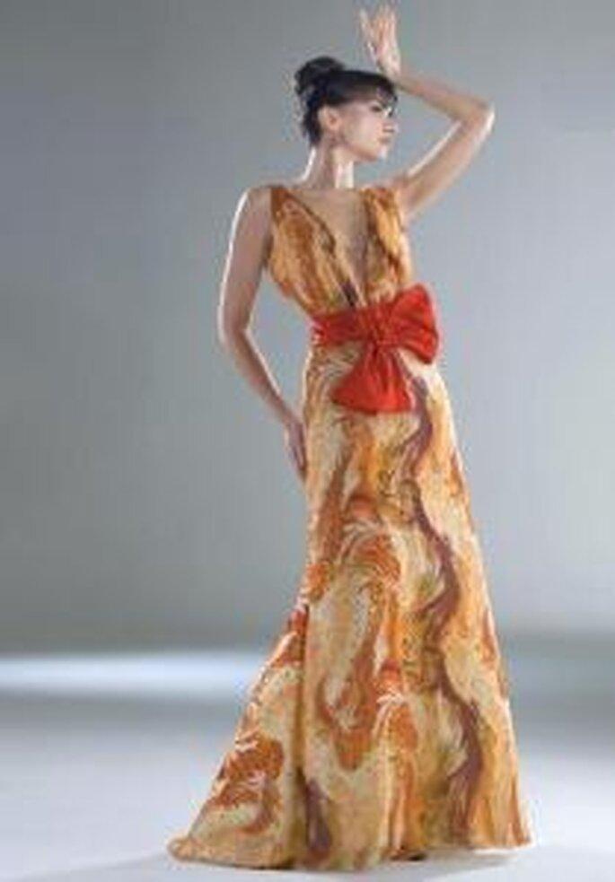 Esther Rodríguez 2009 - Reto, vestido largo estampado anaranjado, de corte imperio con escote en V. Cinturón lazo