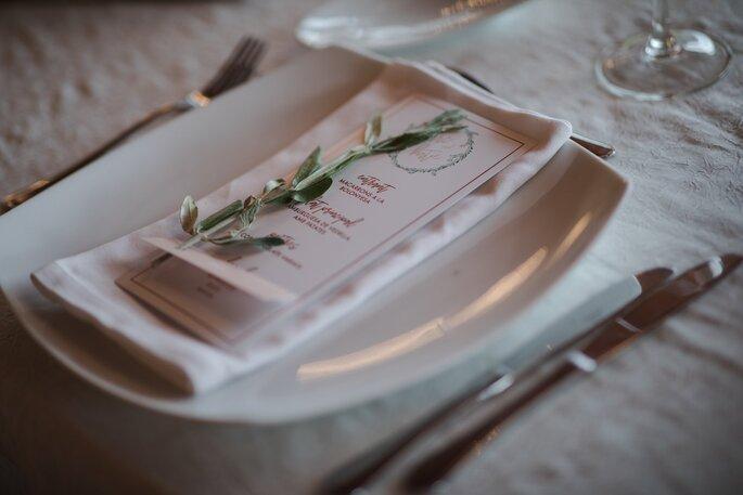 Place d'un invité à un mariage, décorée avec des éléments chics et sobres