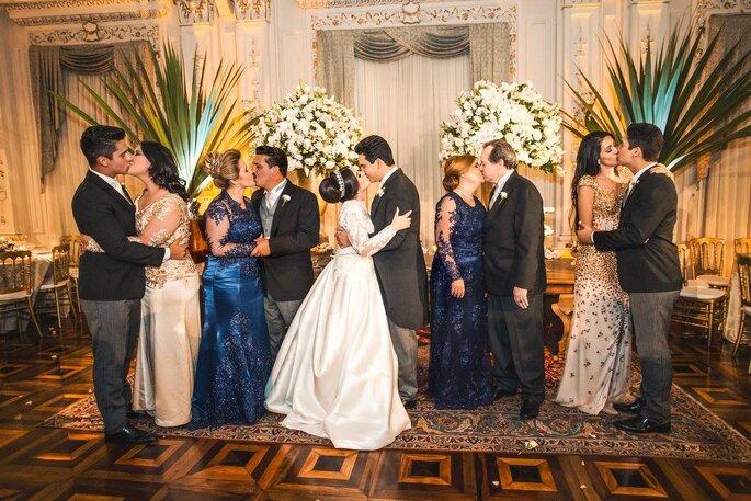 Beijos noivos e familiares