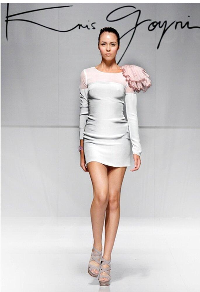 Vestido de fiesta corto con manga larga, crepe de seda color mármol con transparencia de gasa corrugada y detalle floral en hombro.