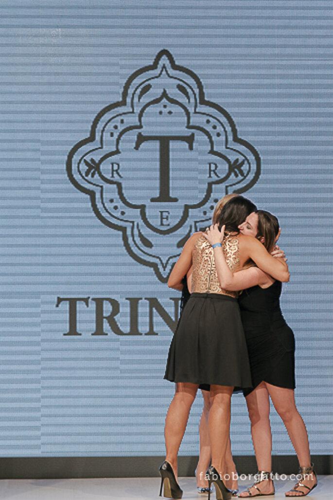 O abraço emocionado das três sócias da Trinita Couture no fim do desfile. CasaModa Noivas Foto de Wilian Olivato