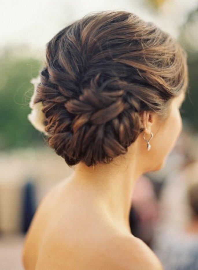 Peinado de chongo trenzado DIY - Foto TheBridesGuide.com