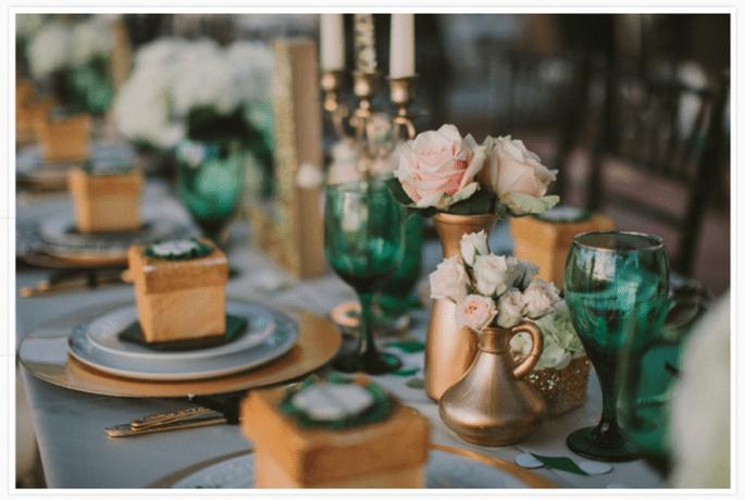 Decoración de mesas de boda inspirada en la Navidad en colores esmeralda y oro - Foto Studio 222 Photography