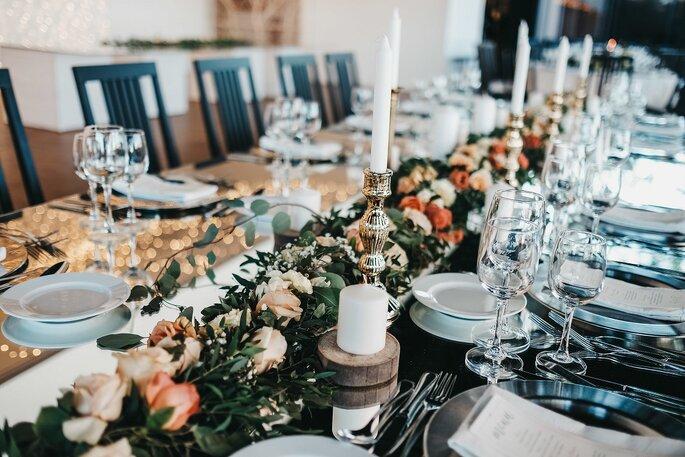 mesa de casamento centro de mesa florido corrido castiçais