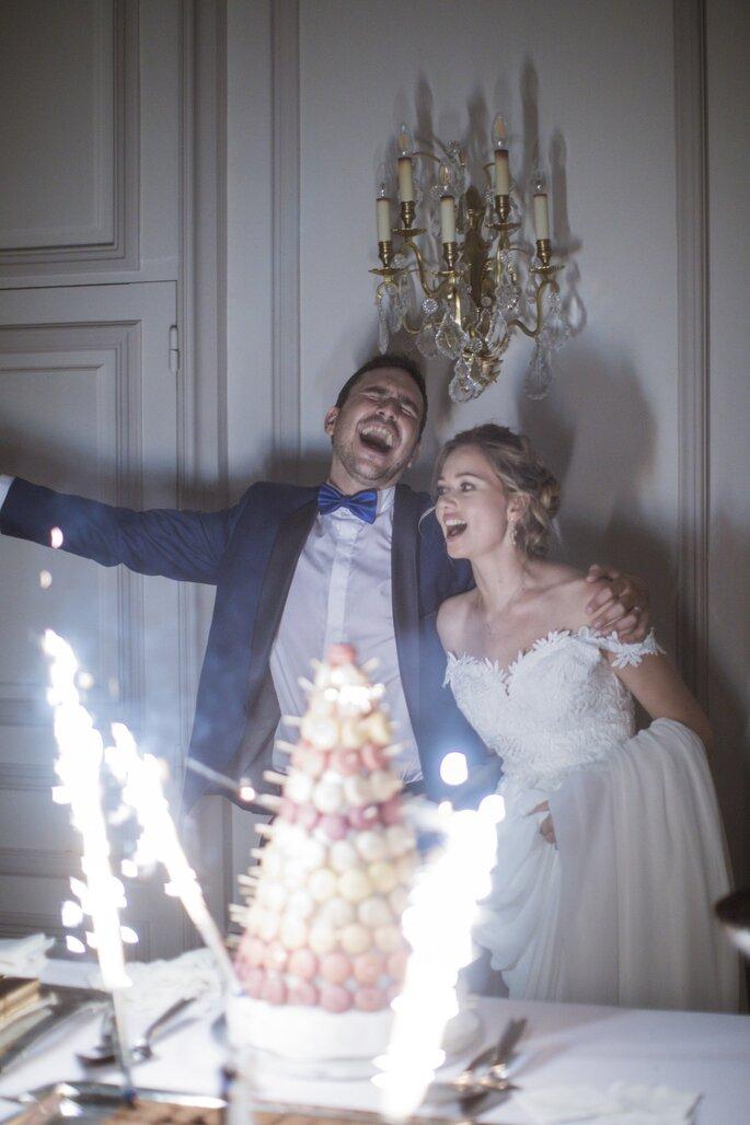 Repas de mariage et photographie de deux mariés devant la pièce-montée