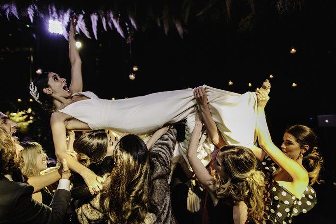Boda en Pátzcuaro los invitados cargando a la novia en la fiesta