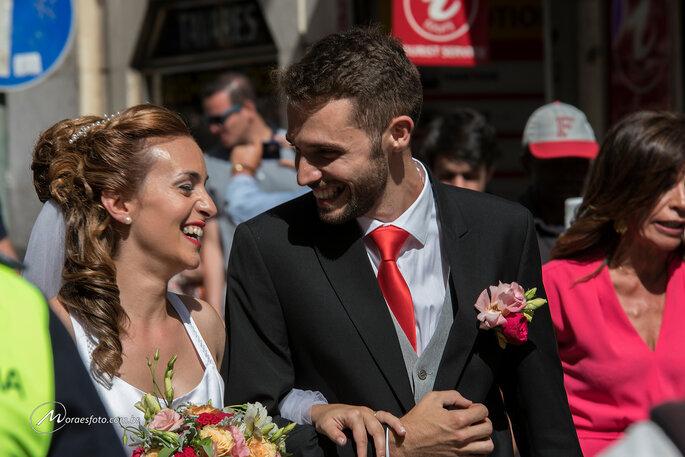 noivos felizes após casamento coletivo