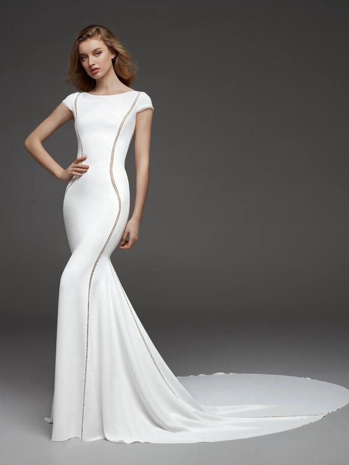 Confidence Mariage - un modèle portant une robe Pronovias de la boutique Confidence Mariage