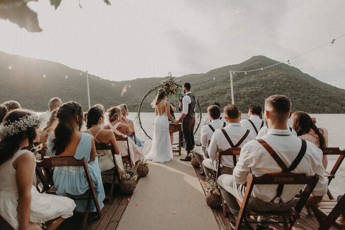 Cerimônia ao ar livre sobre a Lagoa da Conceição