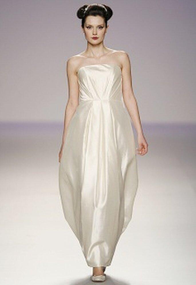 Vestido de novia largo de talle alto, palabra de honor, pliegues verticales centrales