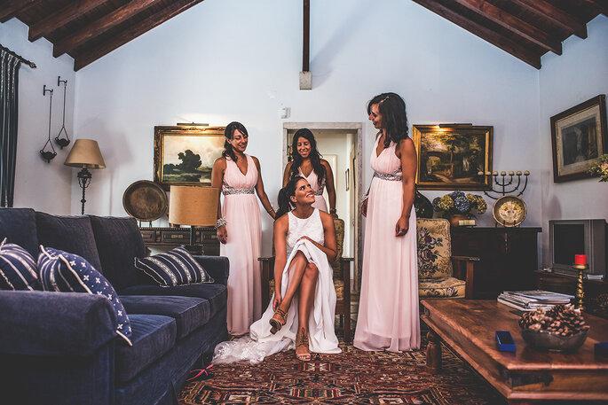 damas de honor a ajudarem a noiva a arranjar-se