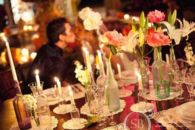 Elegante decoración de mesas para una boda inspirada en el Día de Muertos - Foto Sedona Bride