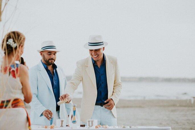 Pareja gay de hombres en ceremonia simbólica de la arena