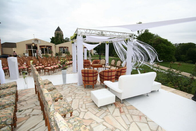 Arche et chaises disposées pour une cérémonie laique