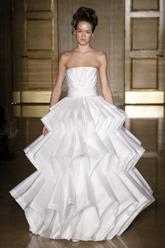 Mit diesem Brautkleid ziehen Sie bestimmt alle Blicke auf sich – Foto: douglas hannant