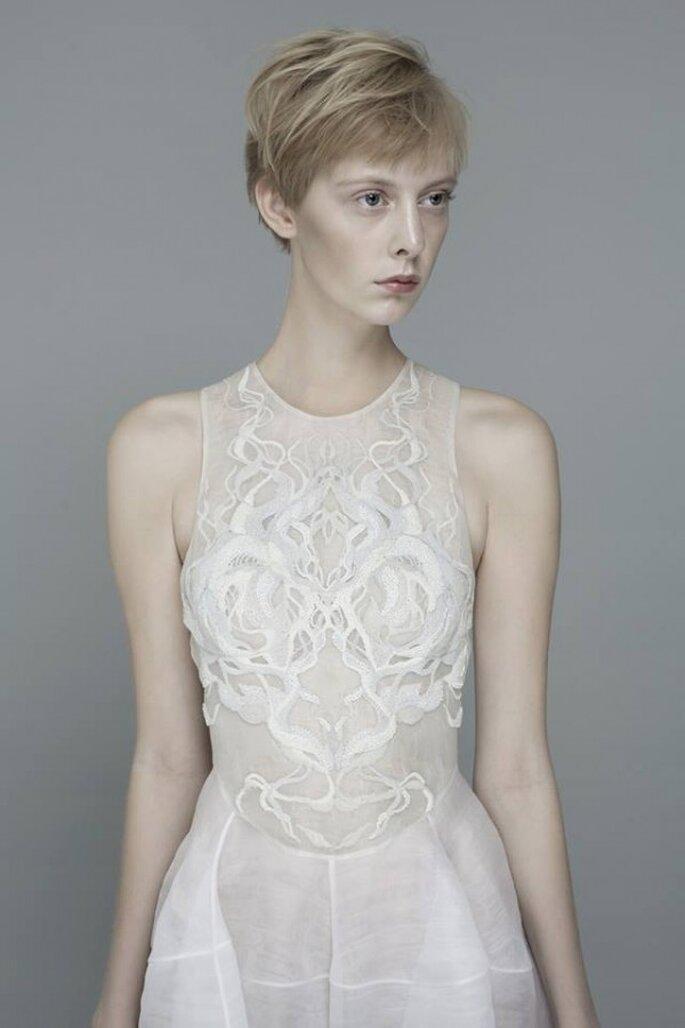 Vestido de novia con bordados intrincados al frente estilo avant garde - Foto Yiqing Yin