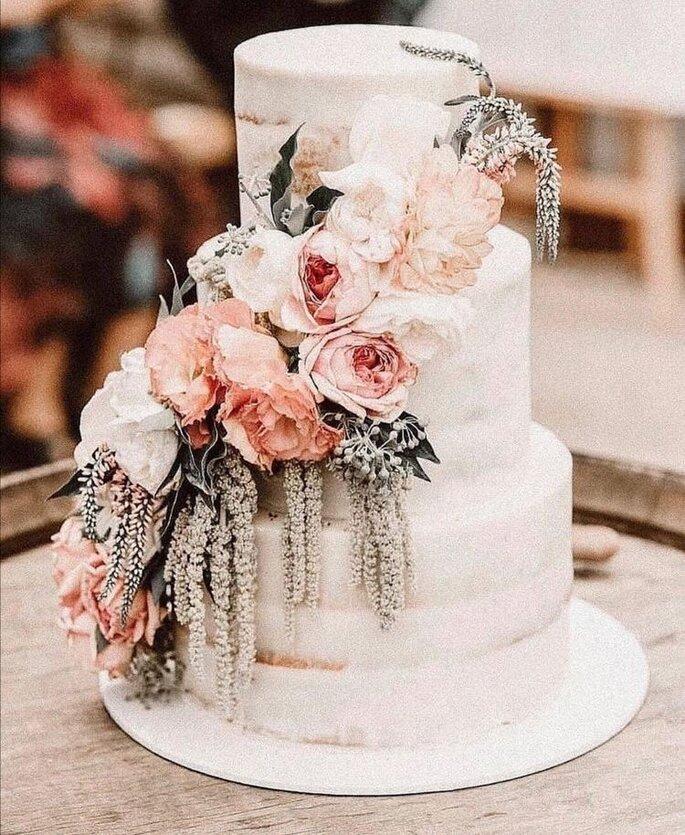 Hochzeitstorte Boho Chic mit Blütendeko