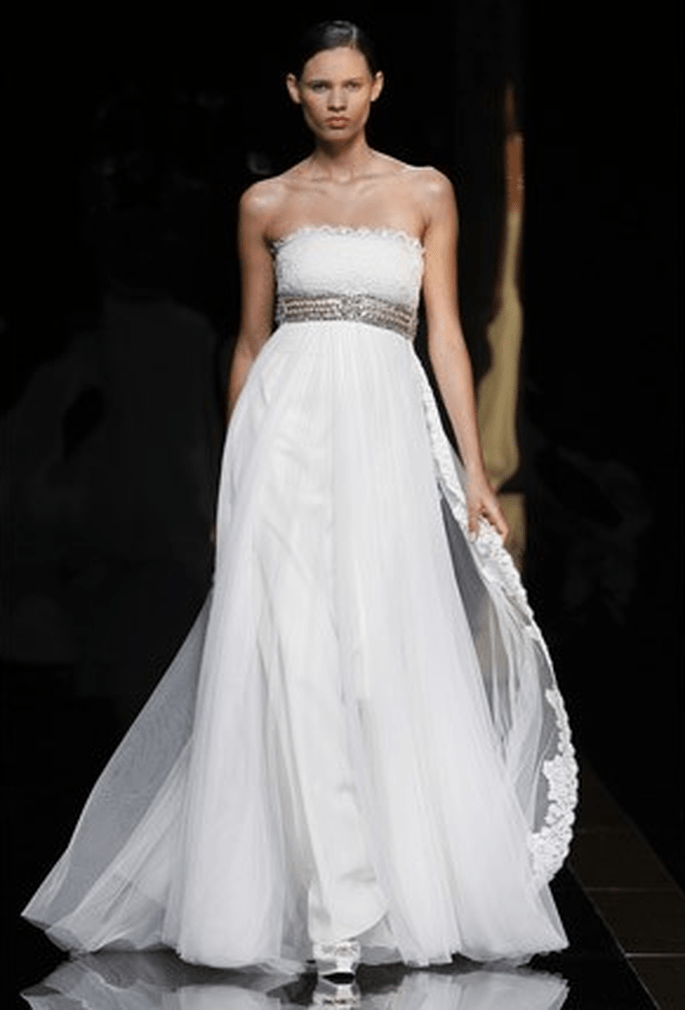 Robe de mariée romantique, bustier, coupe empire. Photo : Rosa Clara