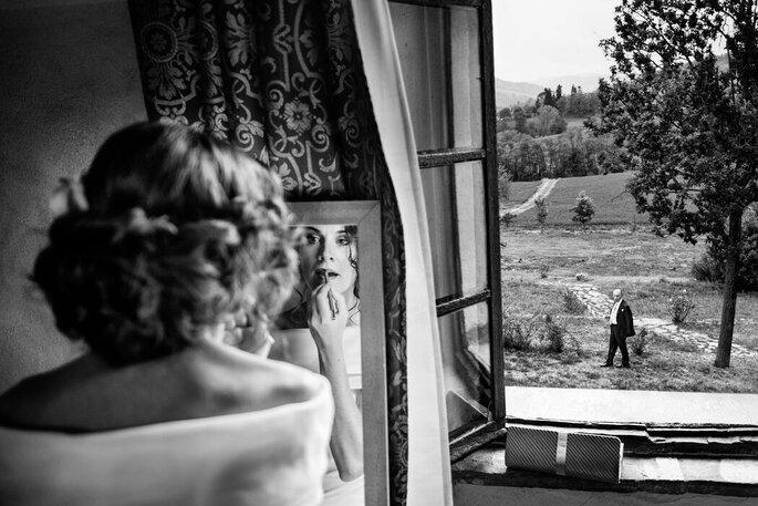 Riccardo Bonetti Photography - preparazione sposa e finestra padre