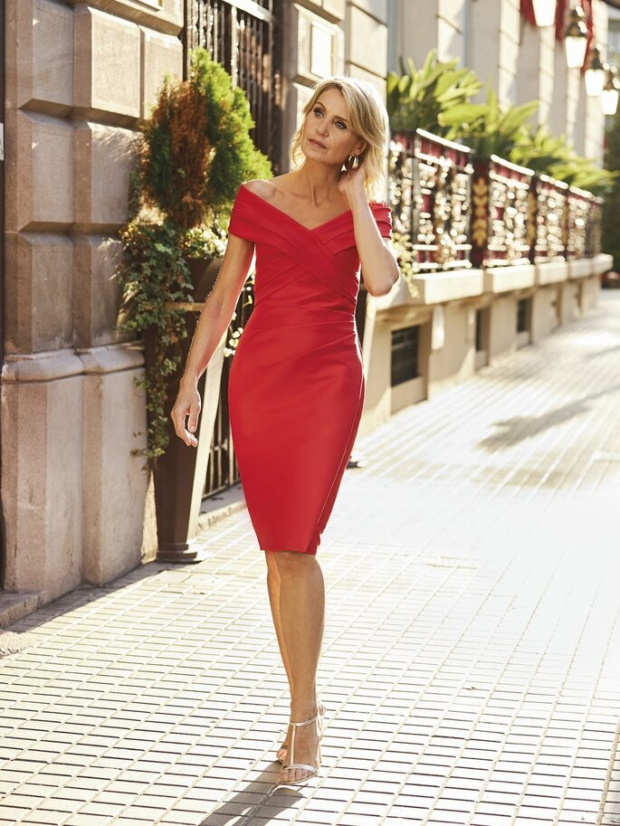 vestido de cerimónia vermelho pelo joelho com decote ombro a ombro Pronovias 2021