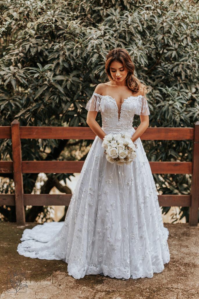 Vestido branco godê com tule bordado com pérolas e detalhe ombro-a-ombro