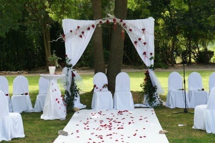 Et 2012 le rouge est de retour dans la d coration de mariage - Decoration arche mariage ...