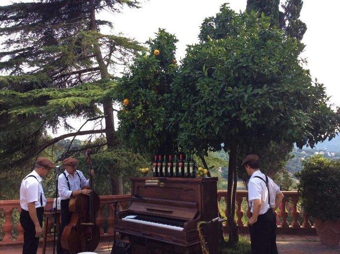 Des musiciens prêts à jouer de la musique en extérieur à un mariage