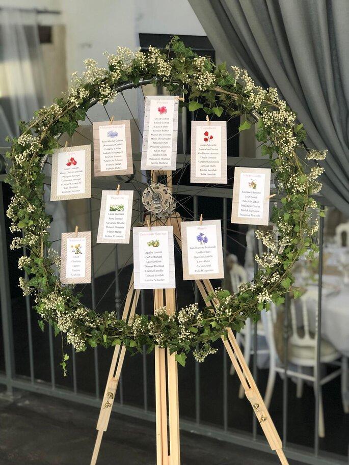 Plan de table avec une couronne de fleurs et de végétaux