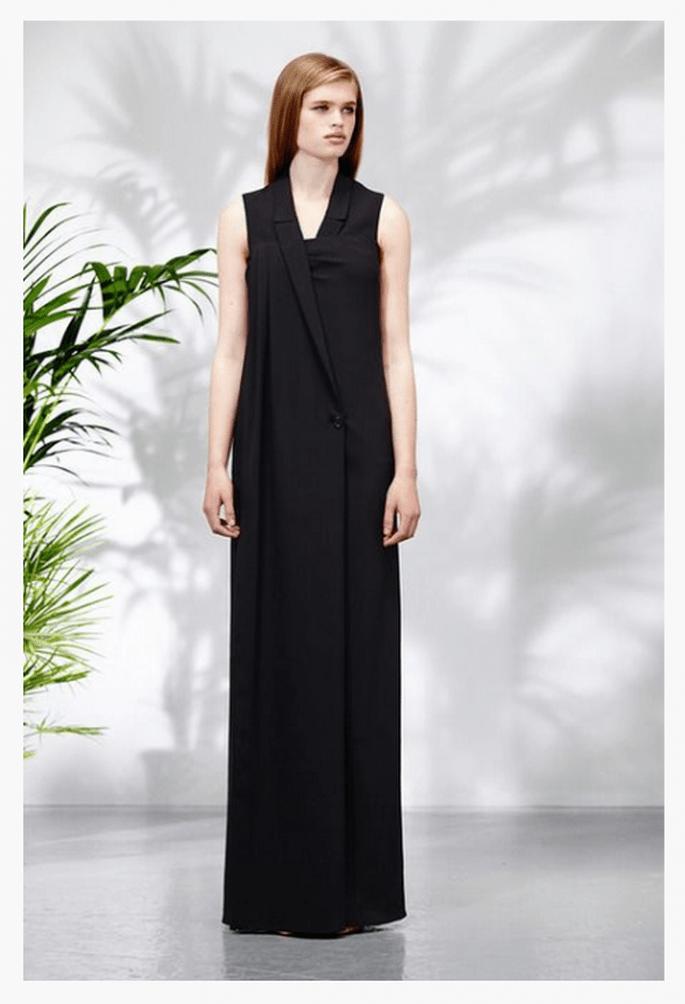 Vestido de fiesta 2014 en color negro con estilo minimalista y detalles arquitectónicos en el escote - Foto Chalayan