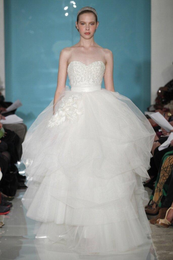 Vestido de novia strapless con varias capas en la falda - Foto Reem Acra 2013