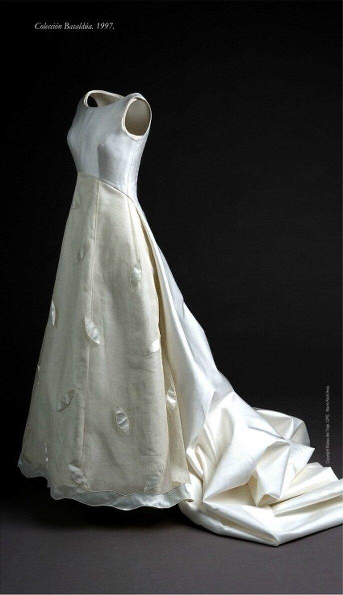 Vestido de corte princesa en raso de seda natural y etamina bordada con aplicaciones de hojas de raso. Colección Basaldúa 1997.