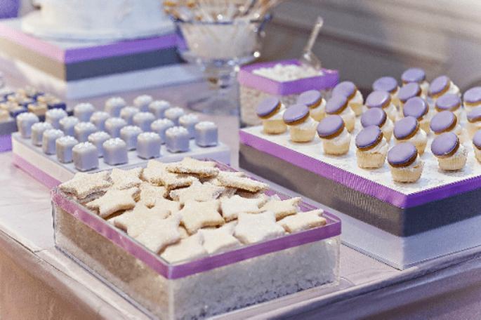 Decoración de mesa de postres para boda en color morado sutil y lavanda - Foto Amy Atlas
