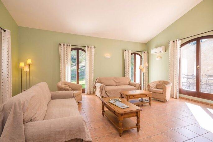Un gîte rural confortable dans le Vaucluse, un salon très lumineux ouvert sur l'extérieur.