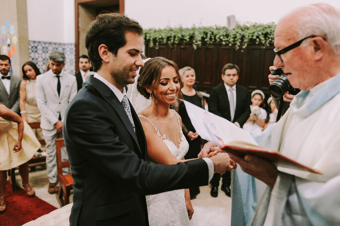 leituras de casamento católico: noivos no altar com o padre e o seu responso