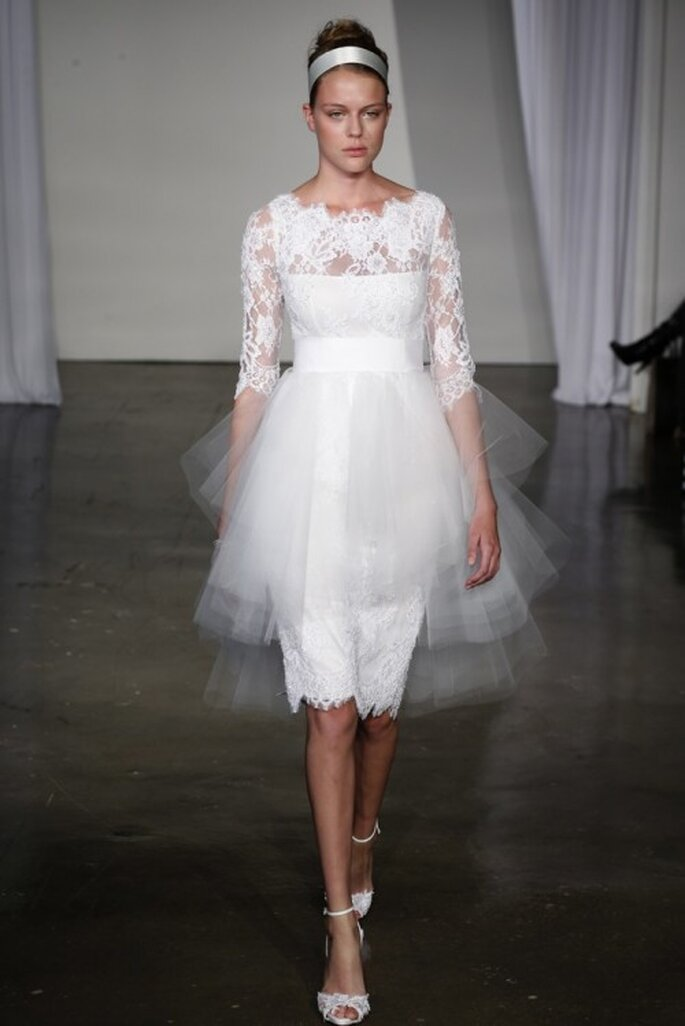 Vestido de novia corto con mangas largas ilusión y mini cauda superpuesta - Foto Marchesa