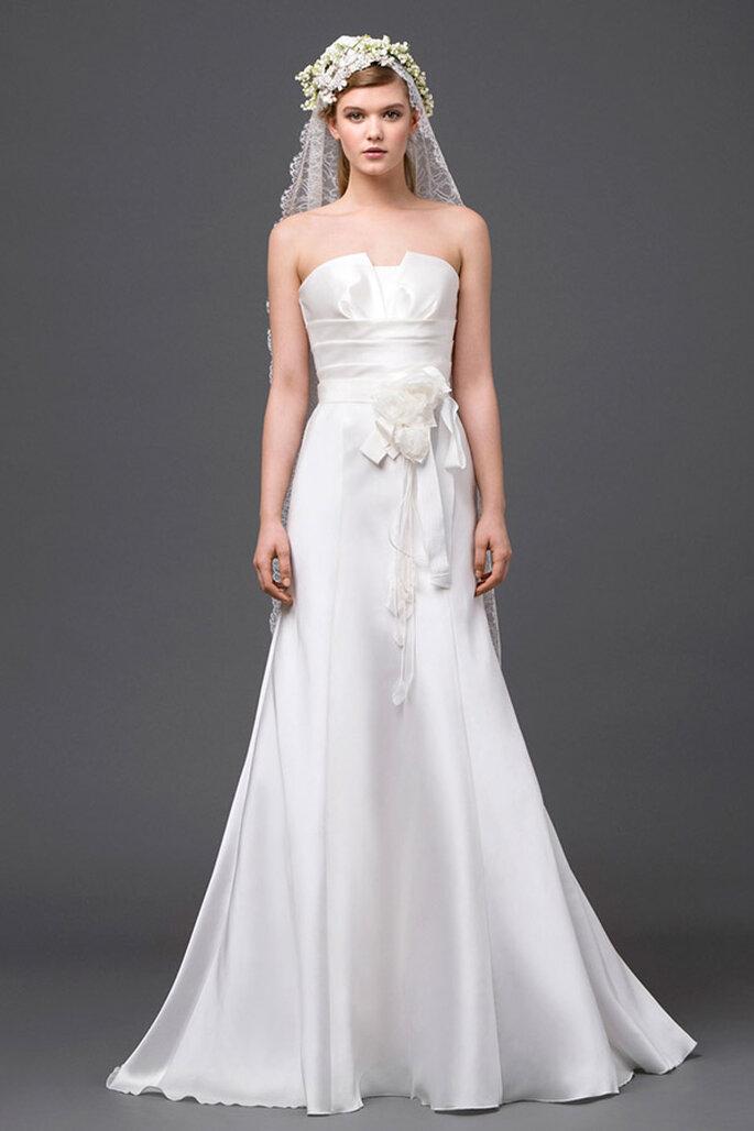 Vestido de novia 2015 con escote palabra de honor, lazo al frente y falda larga con increíble caída - Foto Alberta Ferretti