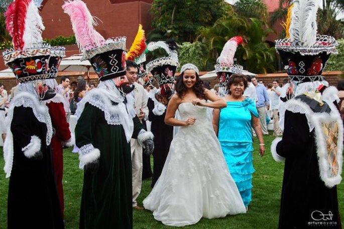 Yedid bailando al ritmo de los chinelos el día de su boda - Foto Arturo Ayala