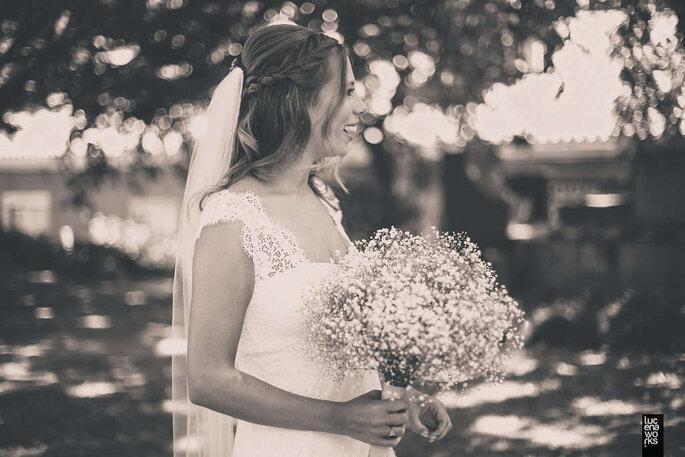 noiva sorridente com véu e bouquet de gypsophila mosquitinho  branco