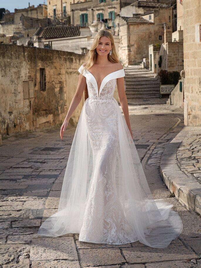 Vestido de novia cuello barco con escote v profundo y falsa doble falda