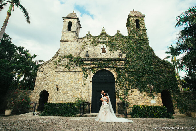 Recién casados a las afueras de la Iglesia