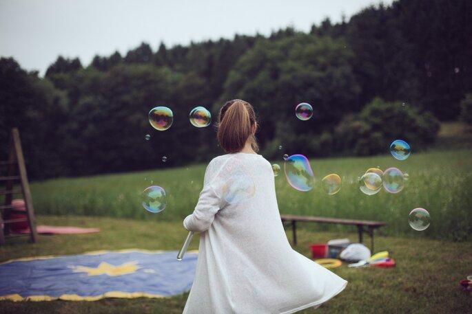 Mädchen in Natur mit Seifenblasen